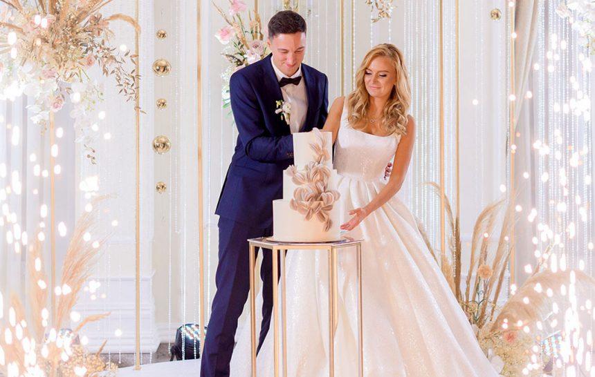 Recém-casados fazendo cerimônia de casamento
