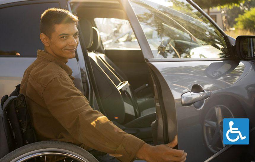 Homem sorridente em cadeira de rodas